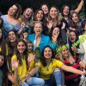 Fernanda Souza ganha bolo de aniversário antecipado em festa com famosos