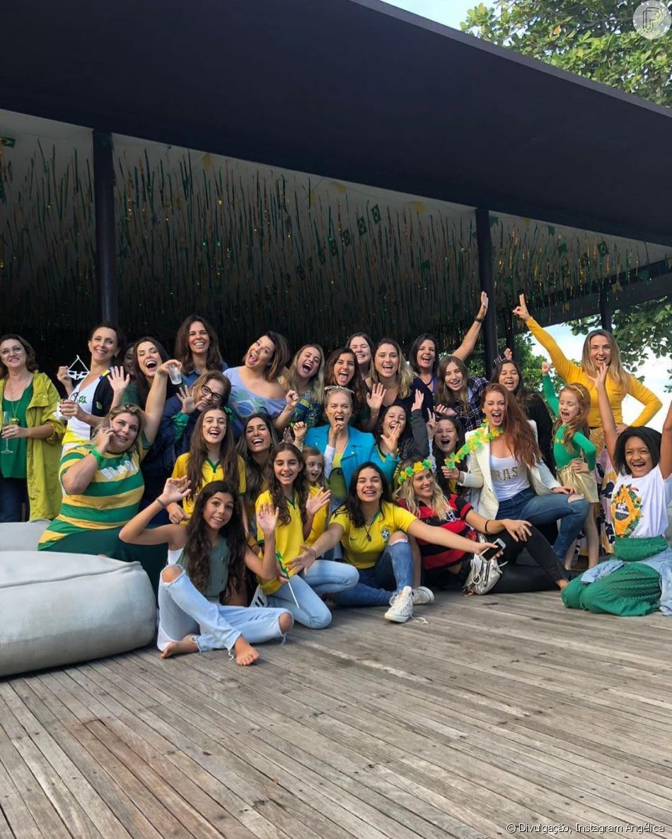 Fernanda Souza se reuniu a amigos famosos neste domingo, 17 de junho de 2018, para assistir a estreia no Brasil na Copa do Mundo
