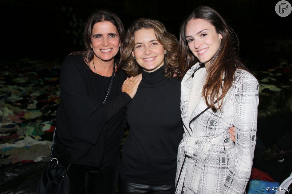Cláudia Abreu foi prestigiada por Malu Mader e Isabelle Drummond na sessão para convidados da peça 'Pi - Panorâmica insana', no Novo Teatro, em São Paulo, nesta segunda-feira, 18 de junho de 2018