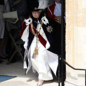 Rainha futurista! Elizabeth II aposta em acessórios metalizados em evento real
