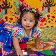Filha de Juliana Alves, Yolanda usou um vestido com estampa de bandeirinhas e fitas coloridas no cabelo