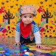 Filho de Sheron Menezzes, Benjamim usou  camisa quadriculada, lenço no pescoço e chapéu de cangaceiro