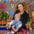 Maíra Charken curtiu festa junina com filho, Gael, de 8 meses