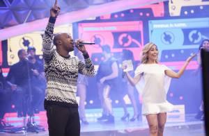 Thiaguinho recebe os pais no palco do programa de Sabrina Sato