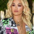 Na primeira fila do desfile de estreia de Virgil Abloh na Louis Vuitton, a cantora Rita Ora optou por camisa decotada. O show aconteceu na quinta-feira, 21 de junho de 2018, nos jardins do Palais Royal, em Paris