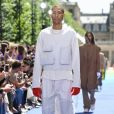 Branco total no street wear da Louis Vuitton. A jaqueta mostra que o utilitarismo está em alta!