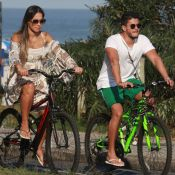 Grávida ativa! Mayra Cardi pedala na orla com o marido, Arthur Aguiar. Fotos!