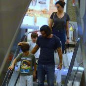 Em família: Juliano Cazarré passeia com a mulher e filhos em shopping. Fotos!