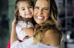 Maria Flor esbanja fofura ao brincar com a mãe, Deborah Secco: 'Gatinha'. Vídeo!