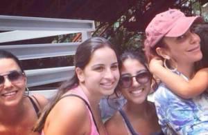 Ivete Sangalo posa para fotos com fãs durante passeio na Disney com o filho