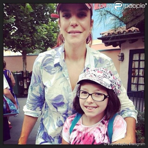Ivete Sangalo posa para fotos com fãs durante passeio na Disney com o filho (21 de julho de 2014)