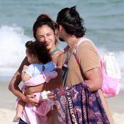 Bruno Gissoni curte dia de praia ao lado de Yanna Lavigne e da filha, Madalena
