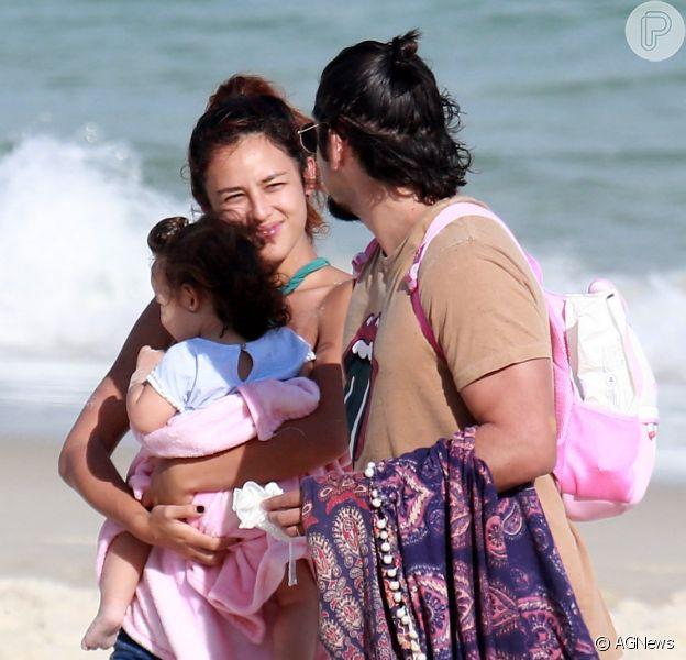 Bruno Gissoni e Yanna Lavigne curtem praia com a filha, Madalena, no Rio, em 1º de julho de 2018