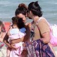 Bruno Gissoni e Yanna Lavigne deixam praia com a filha, Madalena