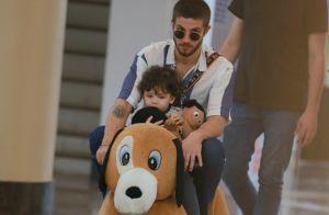 Hora da diversão! Chay Suede brinca com sobrinho em passeio no Shopping. Fotos!