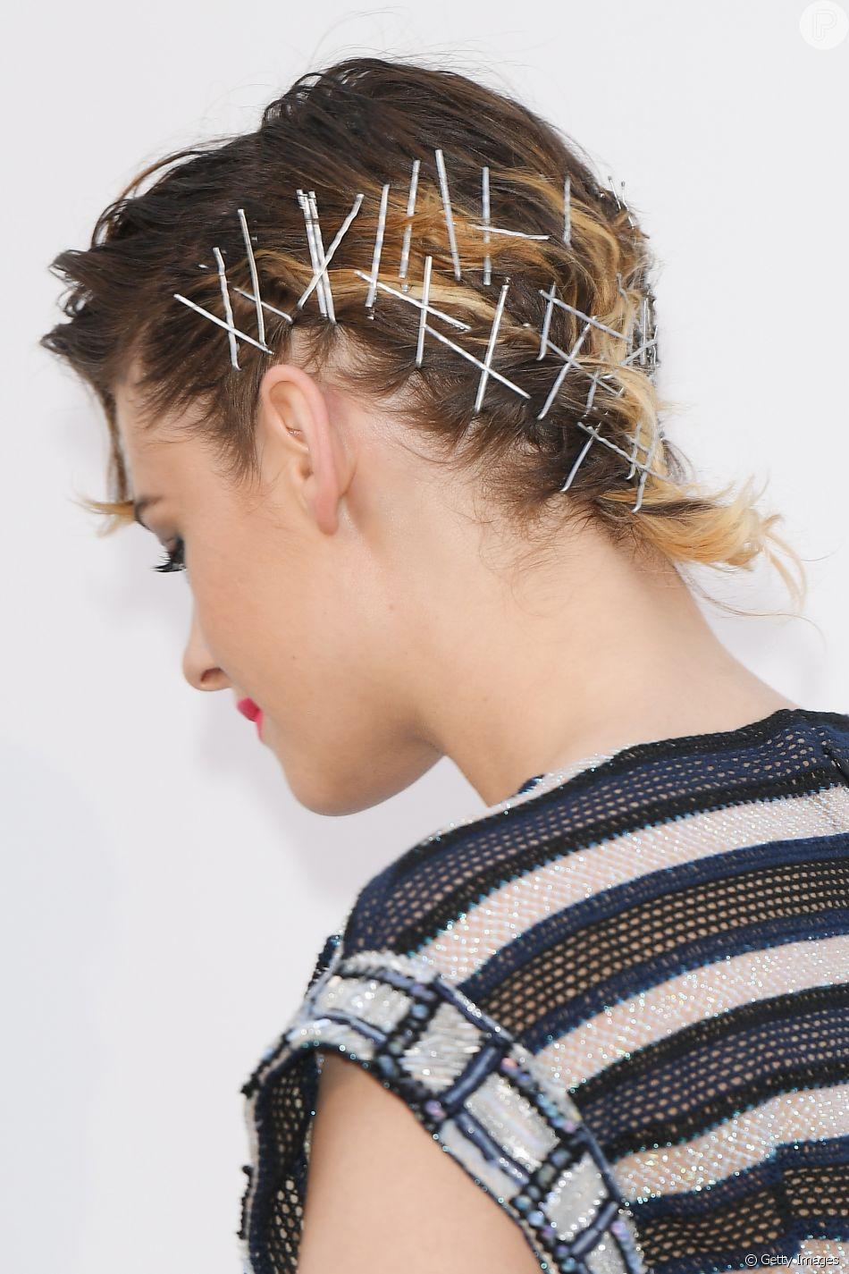 Quer dar um toque fashion ao cabelo sem perder tempo com penteado? A moda do grampos à mostra é superfácil e prática de usar: basta colocar as peças nas laterais da cabeça, sejam enfileiradas em um lado só ou individualmente nos dois lados.