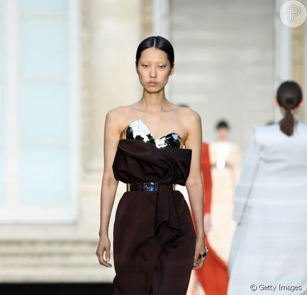 Look da semana de Alta-Costura inverno 2019: tomara que caia e cintura marcada se mostram tendência nos vestidos de festa. Esse é Givenchy