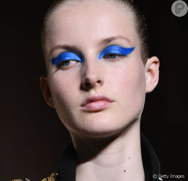Beleza da alta-costura: os olhos bem marcados com sombra colorida e metalizada. O efeito gráfico é a aposta da Valentino