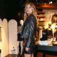 Sasha escolheu conjunto de jaqueta e saia de couro com aplicações de taxas para evento em loja