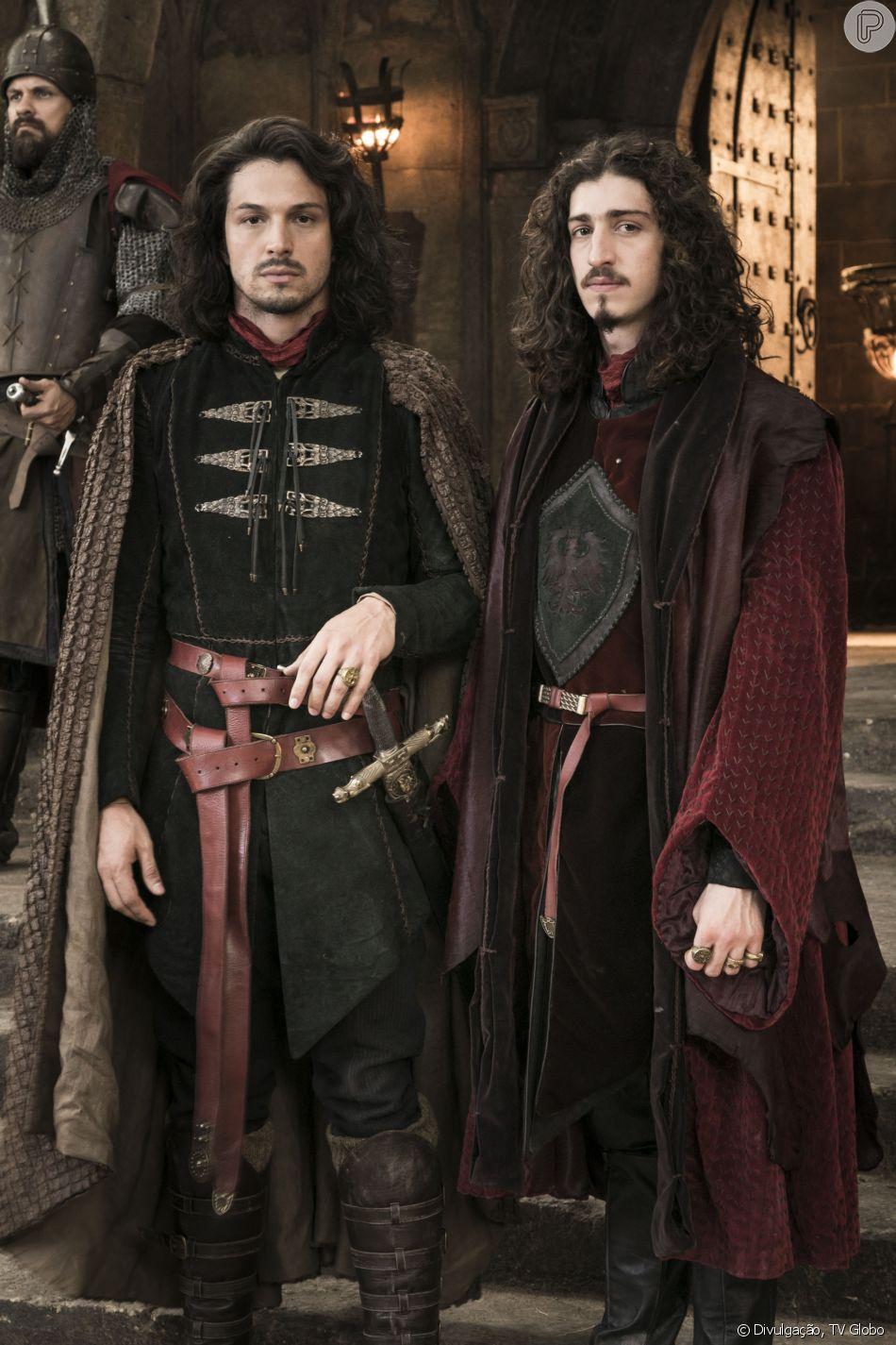 Afonso (Romulo Estrela) faz as pazes com o irmão, Rodolfo (Johnny Massaro), no capítulo de segunda-feira, 23 de julho de 2018 da novela 'Deus Salve o Rei'