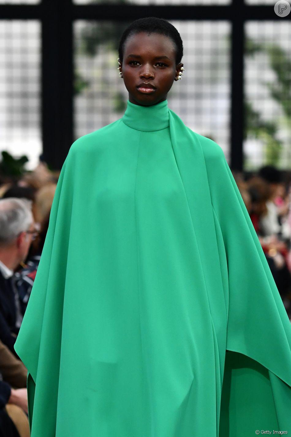 93cf905bf8 Verde vibrante em vestido Valentino