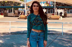Cropped e calça flare: Patricia Poeta orna look com óculos retrô na Austrália