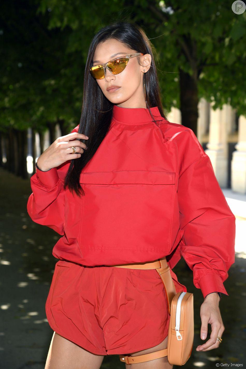 Windbreaker, a jaqueta corta-vento que todas as famosas estão usando também faz parte do look de Bella Hadid