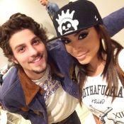 Chay Suede e Anitta trocam telefones nos bastidores do programa 'Altas Horas'