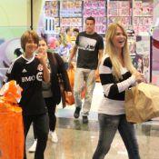 Julio Cesar e Susana Werner compram brinquedos com o filho mais velho