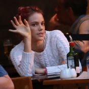 Recém-separada de Chay Suede, Laura Neiva curte fim de tarde em bar com amigos