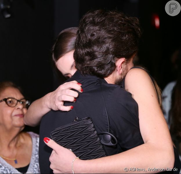 Camila Queiroz prestigou Klebber Toledo na estreia de 'Isaura Garcia, o Musical' no teatro Oi Casagrande, no Leblon, zona sul do Rio, nesta quinta-feira, 26 de julho de 2018