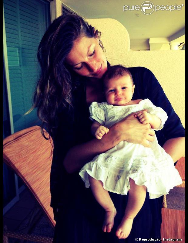 Gisele Bündchen mostra foto sua filha, Vivian Brady, pela primeira vez, em 8 de fevereiro de 2013