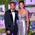 Neymar contratou avião com uma faixa para surpreender Bruna Marquezine com a frase 'Feliz aniversário. Te amo, preta'