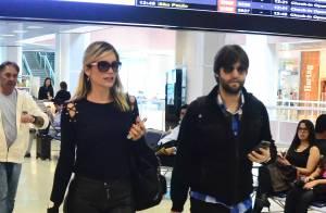 Flávia Alessandra posa sorridente com fãs durante embarque em aeroporto do Rio