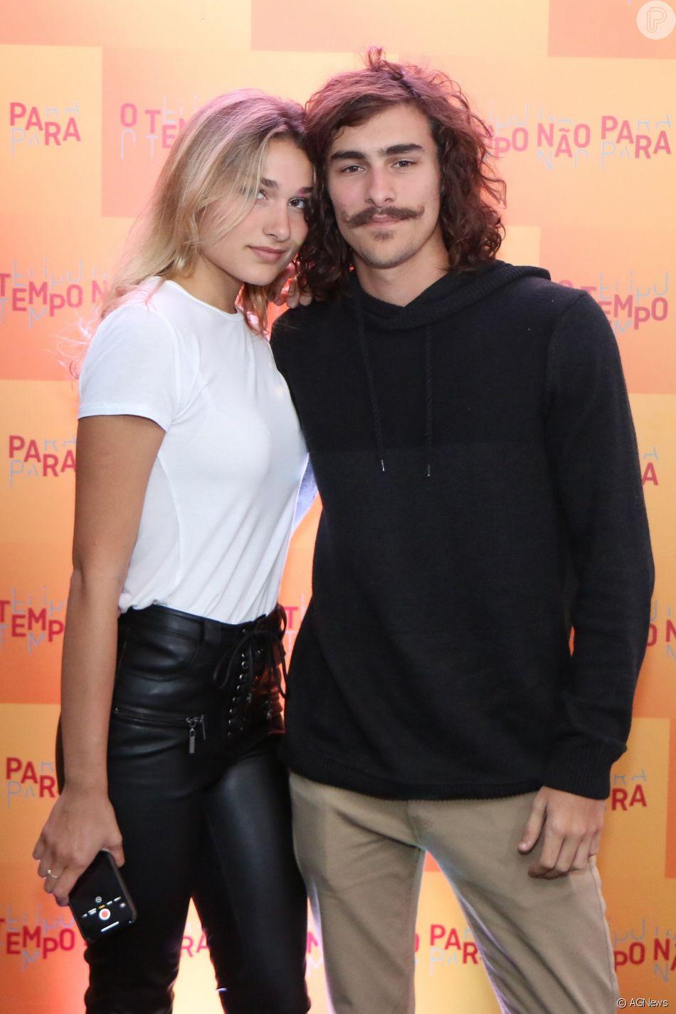 Bruno Montaleone disse que a namorada, Sasha Meneghel, aprovou seu cabelo grande para a novela 'O Tempo Não Para'
