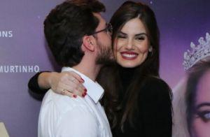 Que amor! Klebber Toledo dá beijo em Camila Queiroz ao prestigiar peça. Fotos!
