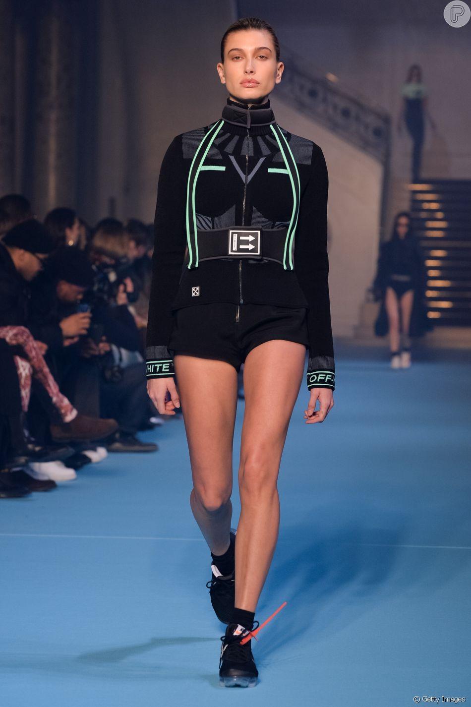 Tênis com meia é a última moda! Hailey Baldwin na passarela da Off_White: tênis com meia combinando e lacre de plástico no cadarço