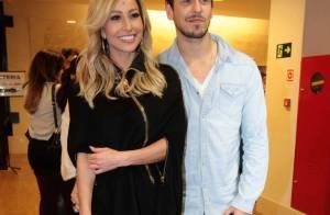 Sabrina Sato posa sorridente com o namorado em estreia de peça em SP
