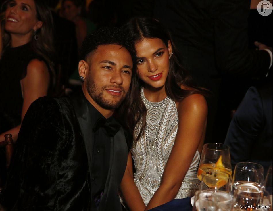 Bruna Marquezine e o namorado, Neymar,  visitaram a Torre Eiffel em Paris, na França
