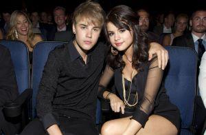 Hailey Baldwin posa sentada no colo de Justin Bieber e exibe aliança de noivado