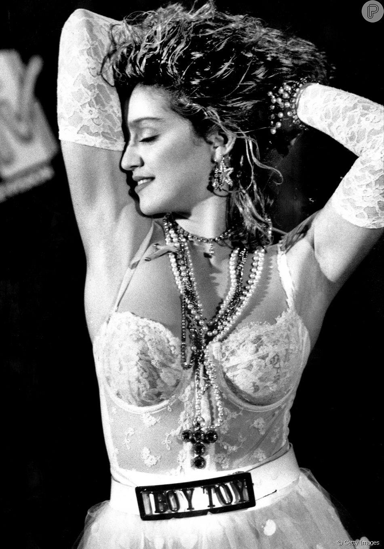 34 anos de MTV VMA, confira alguns dos looks mais icônicos da história do evento. Madonna em 1984, vestida de noiva sexy para a performance de Like a Virgin