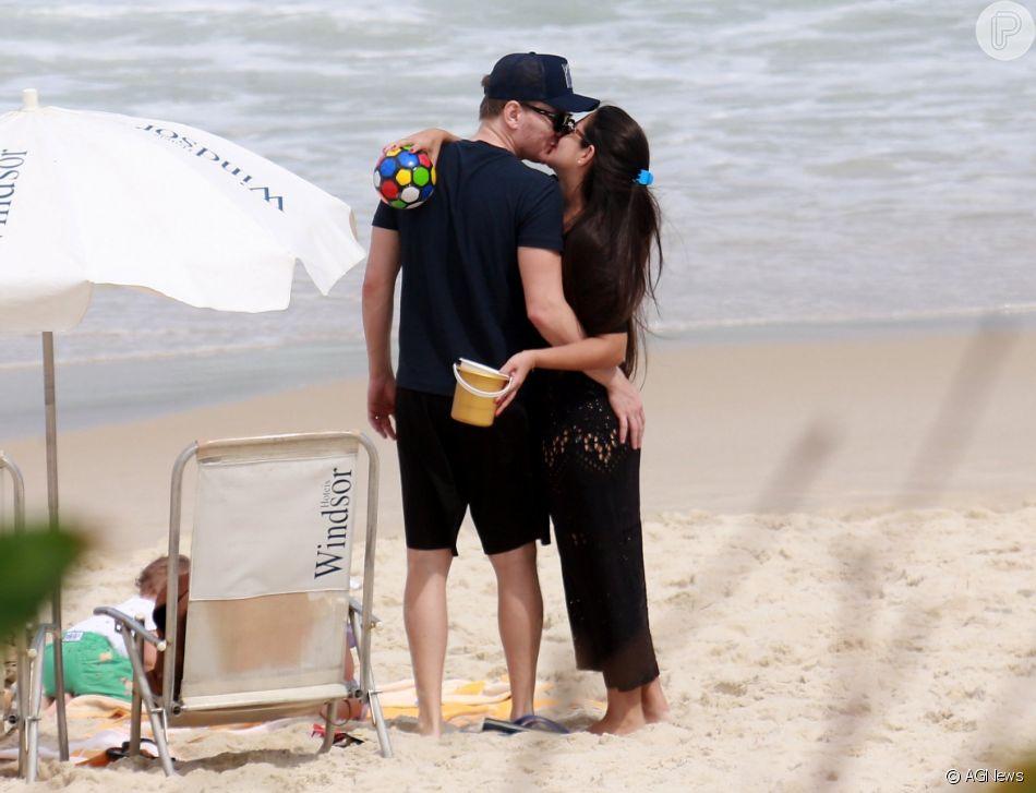 Thais Fersoza e Michel Teló trocaram beijos na Praia da Barra da Tijuca, Zona Oeste do Rio, nesta terça-feira, 21 de agosto de 2018