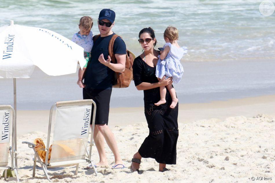 Thais Fersoza e Michel Teló levaram os filhos à Praia da Barra da Tijuca nesta terça-feira, 21 de agosto de 2018