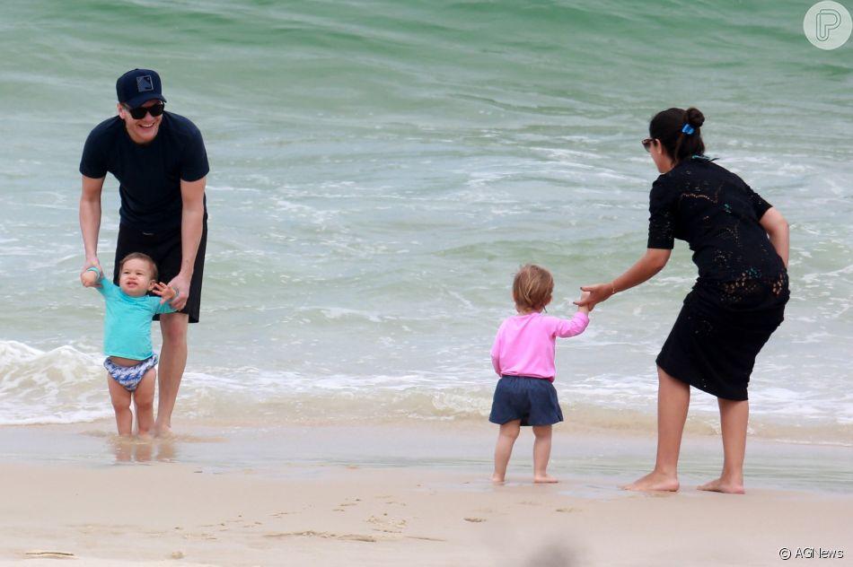Thais Fersoza e o marido, Michel Teló, brincaram com filhos em praia do Rio