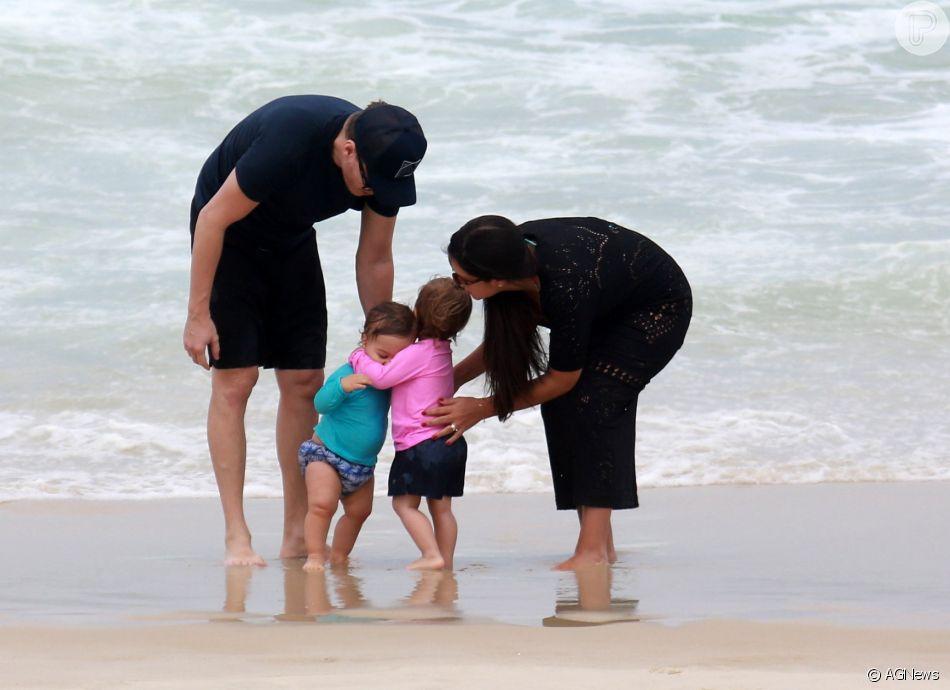 Filhos de Thais Fersoza e Michel Teló, Melinda e Teodoro se abraçaram em dia de praia