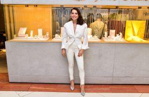 Blazer peplum e calça ski: o look all white de Leticia Colin em evento de joias