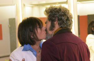 'O Tempo Não Para': Elmo flagra beijo de Carmen em dom Sabino. 'Você é casado!'