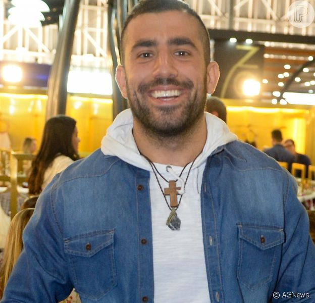O ex-BBB Kaysar alugou um apartamento em Curitiba para receber a família no Brasil
