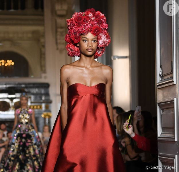 Tomara que caia: o decote foi hit na semana de alta-costura inverno 2019, como mostra o vestido Valentino