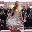 'A super modelo Izabel Goulart vive a fantasia de todas as garotas com seu look de deusa no tapete vermelho antes da cerimônia de abertura', afirmou a marca nas redes sociais